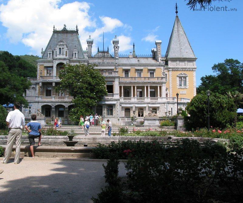 http://fiolent.biz/images/massandra_palace.jpg
